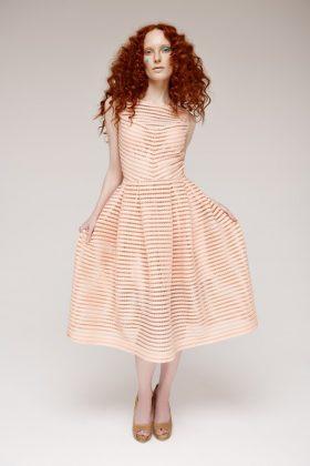 Девушка в платье в полоску персиковом