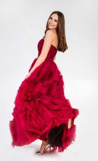 Девушка в платье Алены Лесик