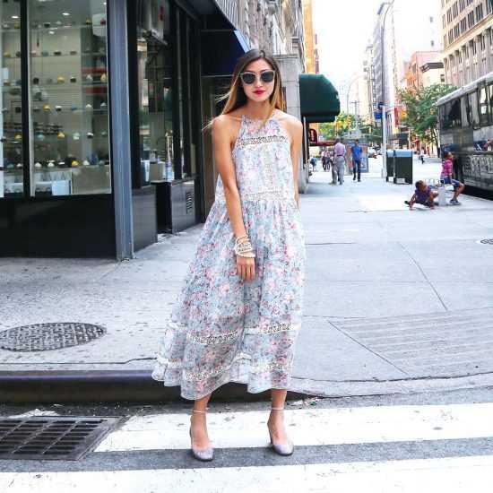 Девушка в платье с цветочным принтом и в очках