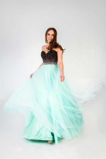 Девушка в платье Насти Донских