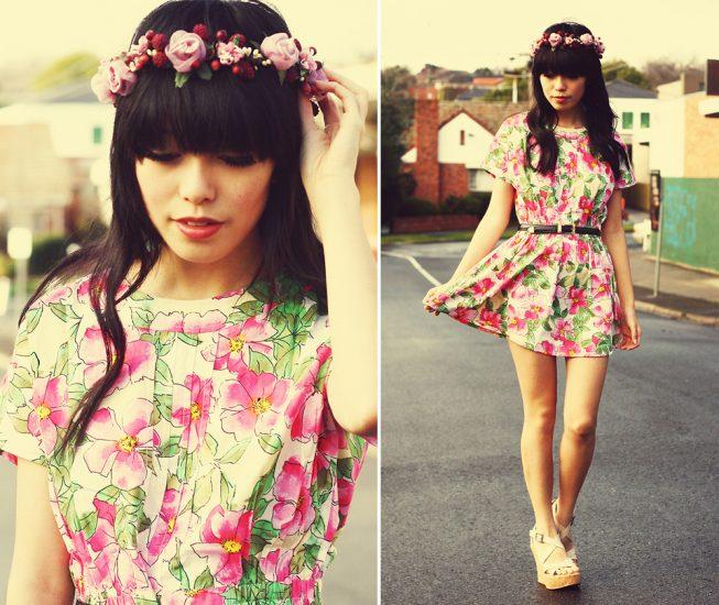 Девушка в платье с цветочным принтом с венком на голове