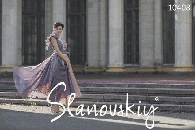 Девушка в платье в греческом стиле