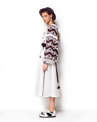 Девушка в белом платье-вышиванке и в шляпе