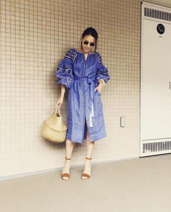 Девушка в платье-вышиванке с корзинкой