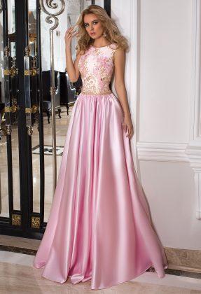 Девушка в шелковом розовом бальном платье