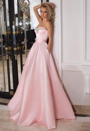 Девушка в розовом бальном платье