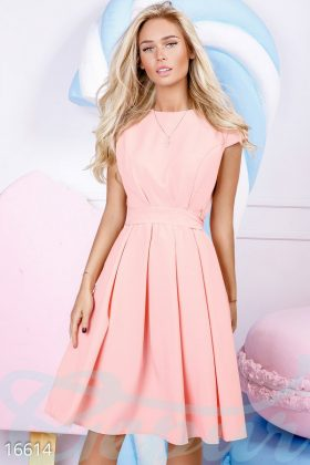 Девушка в розовом коктейльном платье