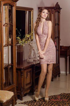 Девушка в розовом коктейльном платье с камнями