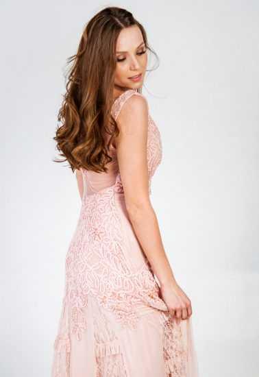 Девушка в розовом платье Алены Лесик