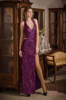 Девушка в длинном бардовом платье