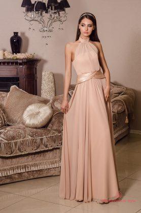Девушка в розовом платье в греческом стиле