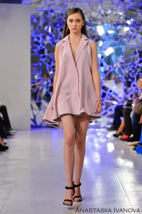 Девушка в розовом платье-жилетке