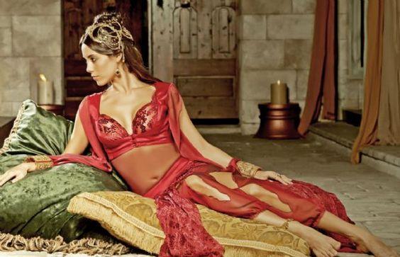 Девушка в красных шароварах и к прозрачной кофте
