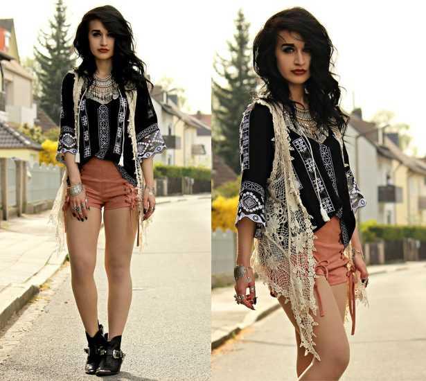Девушка в шортах и в черной вышиванке