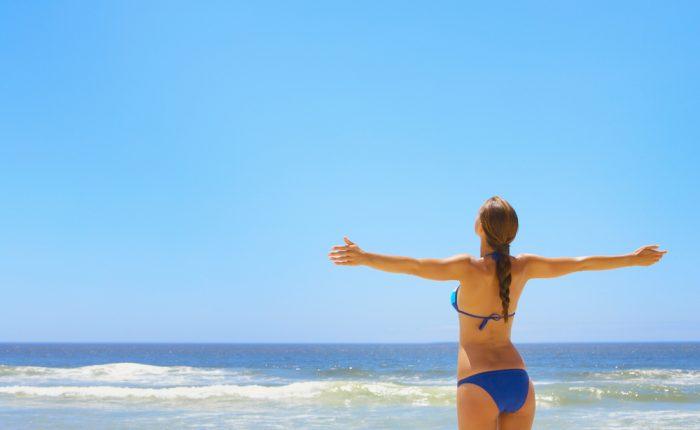 Девушка в синем купальнике у моря