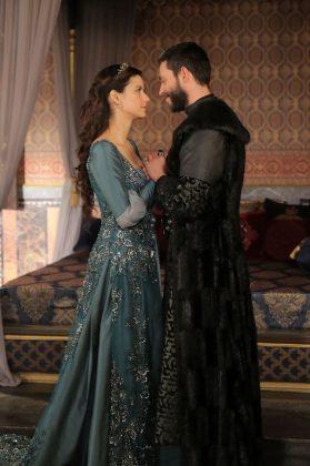 Девушка в синем платье с мужчиной
