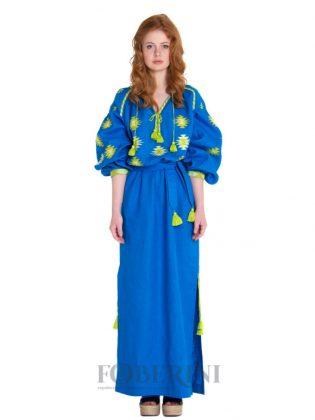 Девушка в синем платье-вышиванке