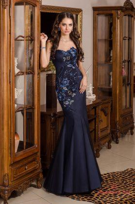 Девушка в длинном синем платье