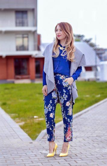 Девушка в синих брюках с цветочным принтом