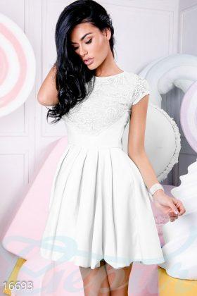 Девушка в белом коктейльном платье