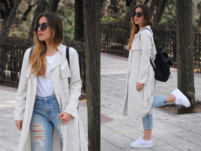 Девушка с рюкзаком в светлом пальто, джинсах и мокасинах