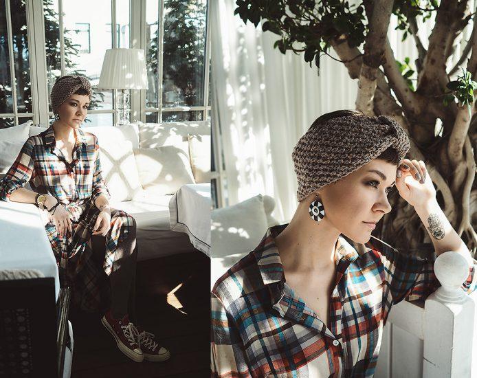 Девушка в клетчатой рубашке и вязанной повязке для волос