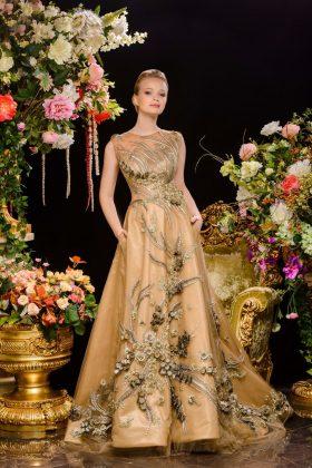 Девушка в золотом бальном платье