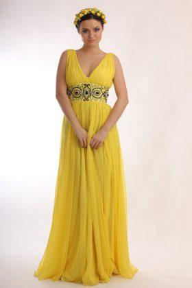 Девушка в желтом латье в греческом стиле