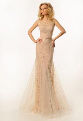 Девушка в длинном вечернем платье