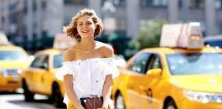 Девушка в желтой кофте плиссе и белой кофте с открытыми плечами