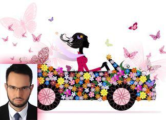 Девушка за рулем машины в цветках и бабочках