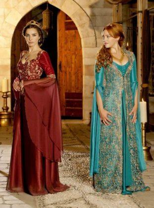 Девушки в краном и синем платье