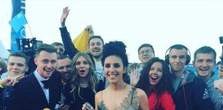 Джамала держит флаг Украины
