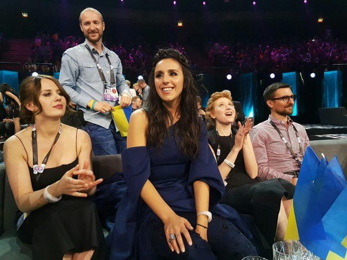 Джамала в синем платье сидит в зале на Евровидении 2016