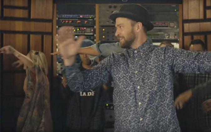 музыкант Джастин Тимберлейк в рубашке и шляпе