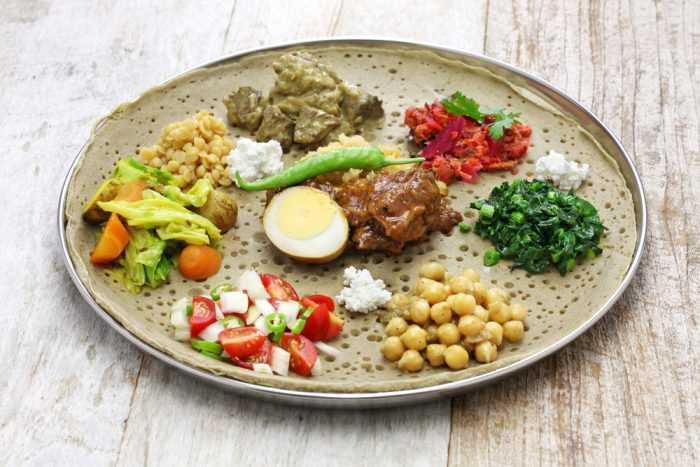 Еда эфиопская кухни на большой тарелке