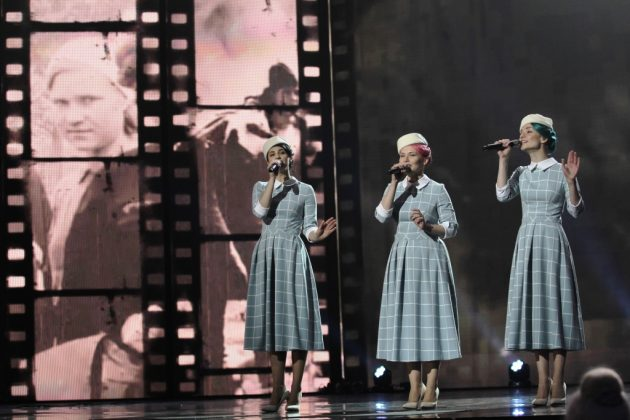 Группа Freedom-jazz на сцене в голубых платьях