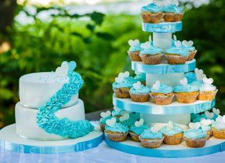 Голубой свадебный торт с капкейками