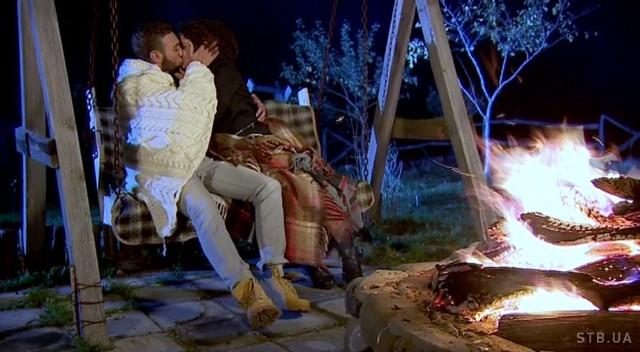 Иракли Макацария целует Анетти у костра