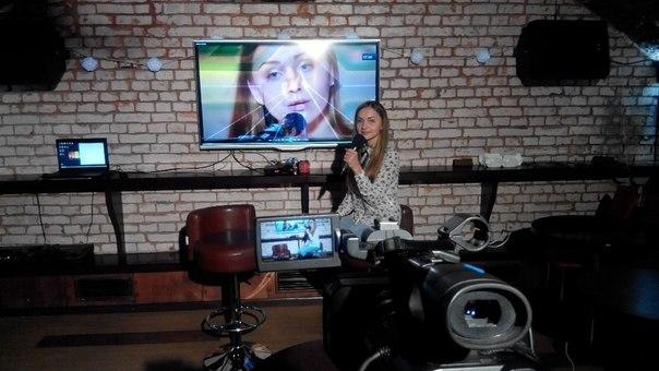 Суперфиналистка «Голос Країни — 6» Инна Ищенко с микрофоном у экрана