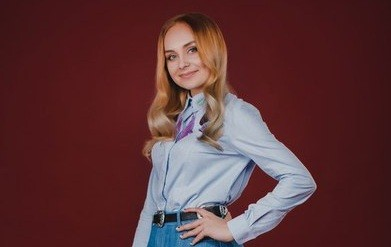 Суперфиналистка «Голос Країни — 6» Инна Ищенко в голубой рубашке
