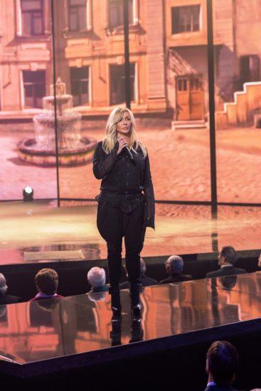 Ирина Билык в военной форме поет на сцене