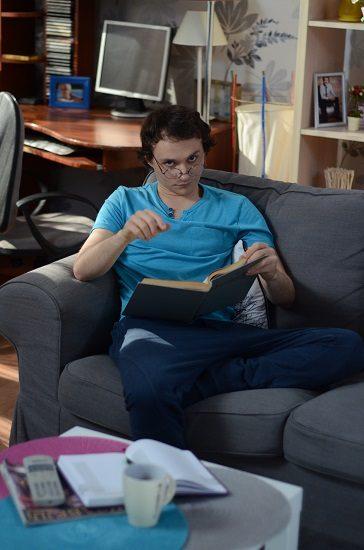 Константин Войтенко на диване с книгой