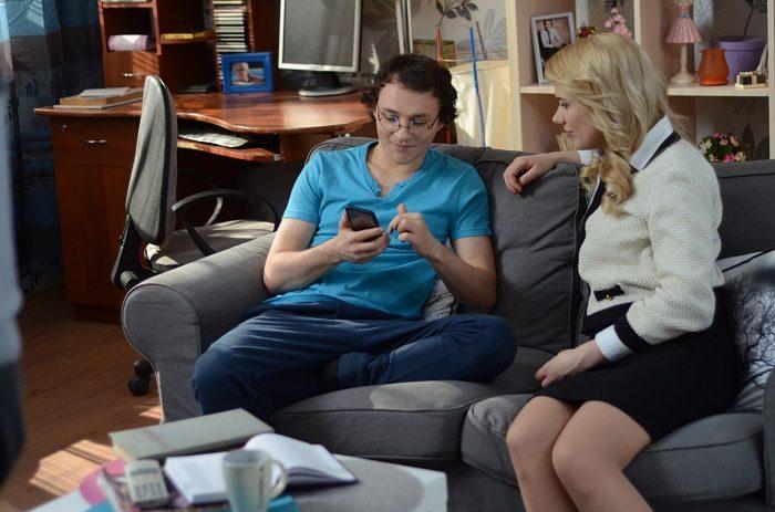 Константин Войтенко сидят на диване с Аленой Алимовой