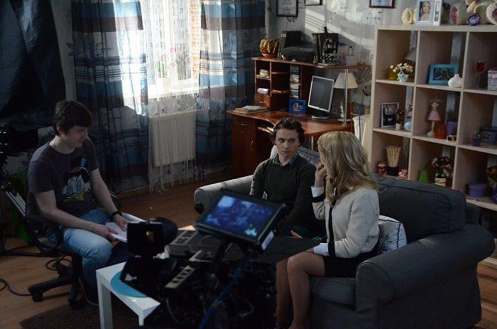 Константин Войтенко сидят на диване с Аленой Алимовой на