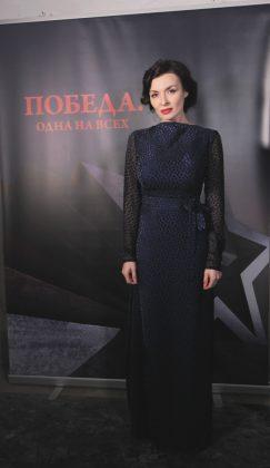 Надежда Мейхер в длинном черном платье