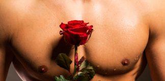 Мужчина с мускулистым торсом с красной розой