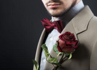 Мужчина с красной бабочкой и красной розой