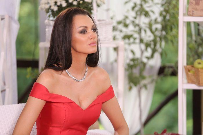 Наташа Кондратенко в красном платье