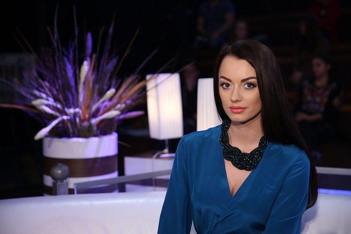 Невеста Холостяка Наташа Кондратенко в синем платье